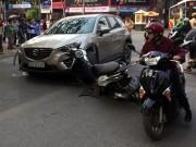 Ô tô vượt đèn đỏ, húc bay hàng loạt xe máy ở Hà Nội