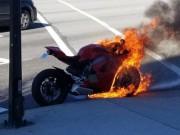 """Siêu xe Ducati Panigale V4 bị  """" bà hỏa """"  viếng thăm"""