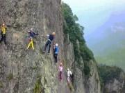 Sợ thót tim với trải nghiệm treo mình lơ lửng giữa vách núi dựng đứng