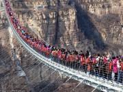 Khách đông nghịt chen chúc trên cầu kính dài nhất thế giới ở TQ