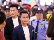 """Thủ môn Tiến Dũng & Quang Hải """"hút hồn"""" fan nữ ở TP HCM"""