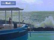 Video: Cô gái mặc bikini đứng trên mỏm đá bị sóng cuốn phăng
