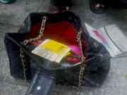 Túi xách chứa cọc tiền nghi của nạn nhân tử vong ở chung cư Carina