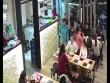 Cô gái bị tạt nước lẩu vào mặt chỉ vì vô tình hất tóc
