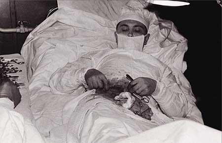 Mẹ tự mổ bụng sinh con, bác sĩ tự cắt ruột thừa - 5