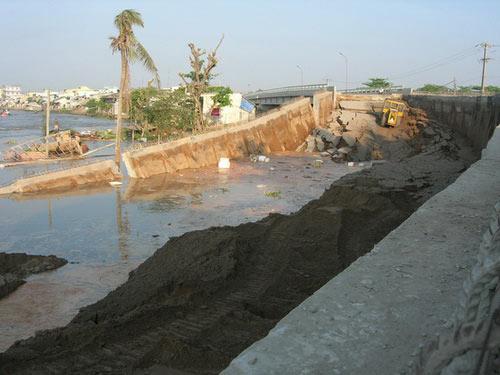 Xà lan 300 tấn lật úp dưới cầu Trà Niền - 1