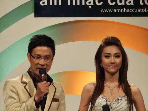 Ngân Khánh vừa hát vừa làm MC - 1
