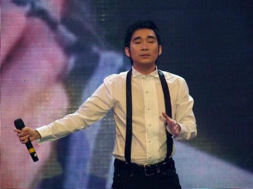 Ngân Khánh vừa hát vừa làm MC - 12