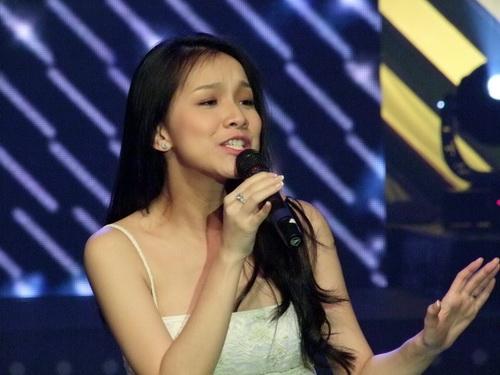 Ngân Khánh vừa hát vừa làm MC - 5