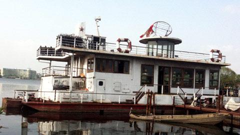 Lởn vởn 'tàu ma' lang thang trên Hồ Tây - 1