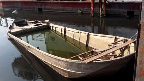Lởn vởn 'tàu ma' lang thang trên Hồ Tây - 2