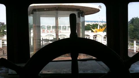 Lởn vởn 'tàu ma' lang thang trên Hồ Tây - 7
