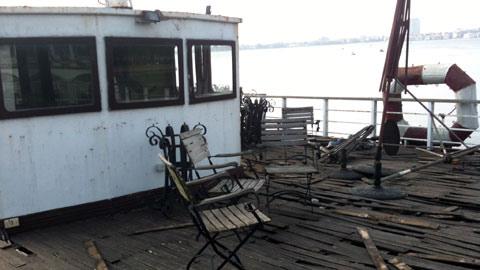 Lởn vởn 'tàu ma' lang thang trên Hồ Tây - 8