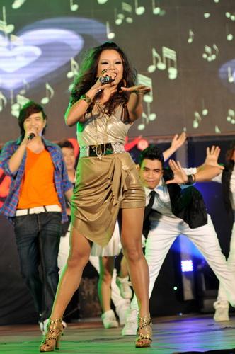 """Wanbi Tuấn Anh hát """"sung"""" tới... rách quần - 1"""