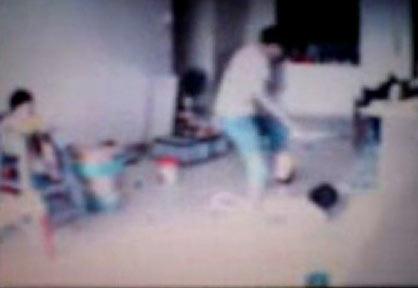 Clip: Bé 3 tuổi bị đánh đập dã man - 1