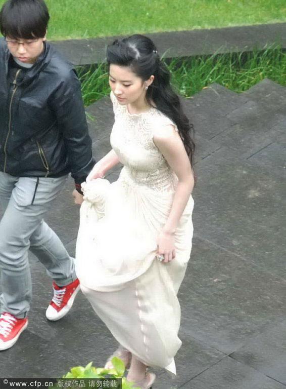 Chụp trộm Lưu Diệc Phi... vén váy - 1