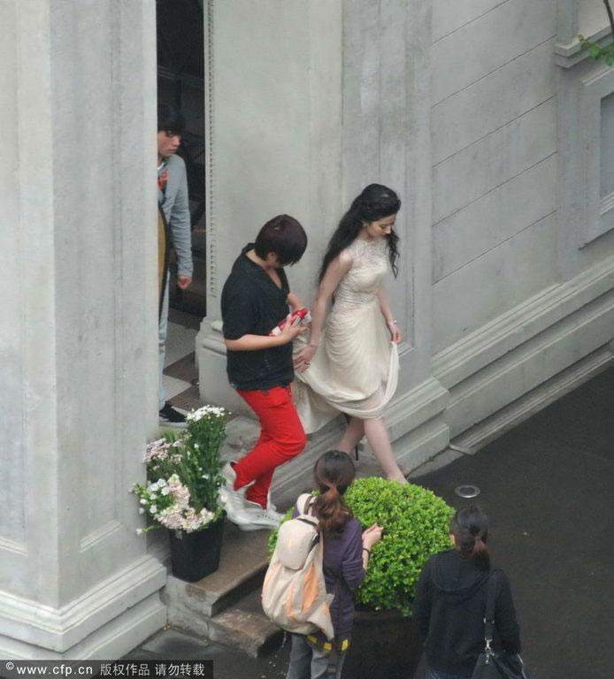 Chụp trộm Lưu Diệc Phi... vén váy - 3