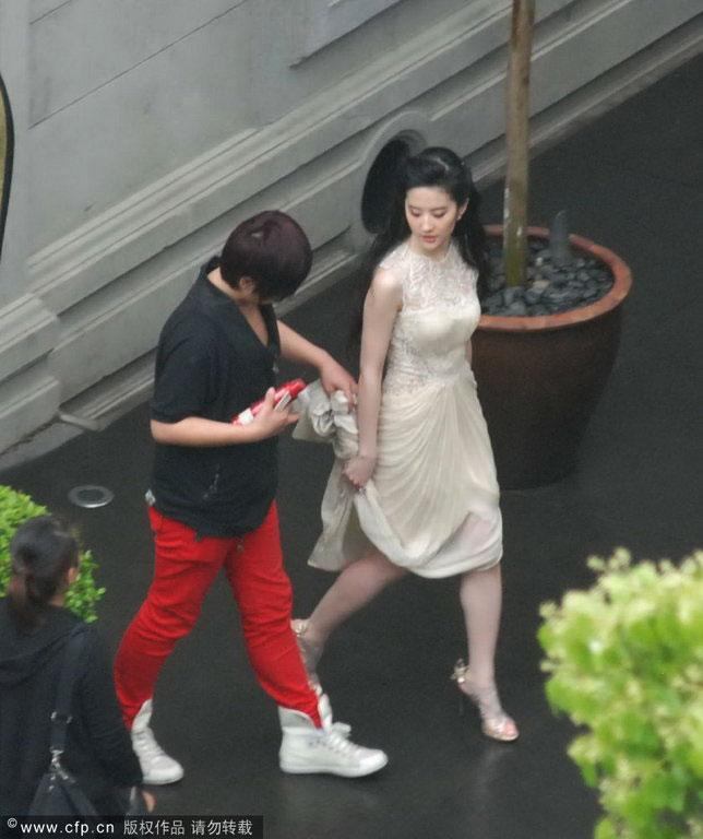 Chụp trộm Lưu Diệc Phi... vén váy - 4