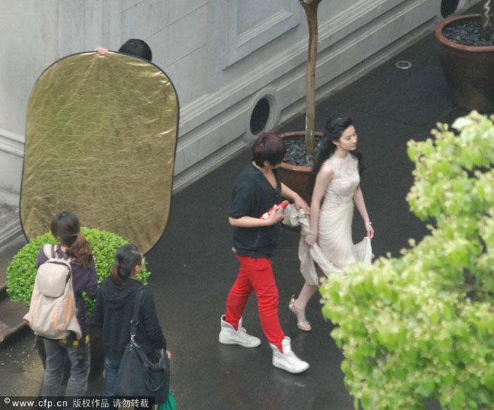 Chụp trộm Lưu Diệc Phi... vén váy - 5