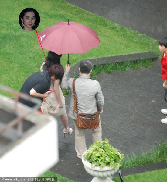 Chụp trộm Lưu Diệc Phi... vén váy - 6