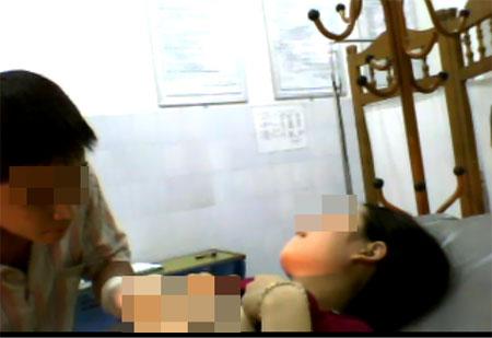 Nhức mắt cảnh bác sĩ khám cho gái trẻ - 3