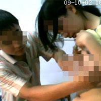Nhức mắt cảnh bác sĩ khám cho gái trẻ