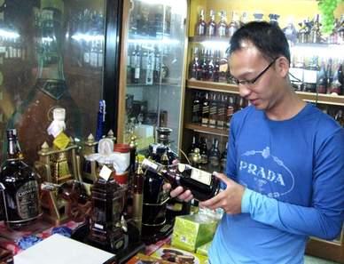 Truyền kỳ 'Chế' rượu ngoại từ viên xủi, Tin tức trong ngày, rượu giả, tem giả, rượu lậu, làm rượu giả, viên xủi rượu, bán rượu giả