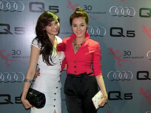 Tăng Thanh Hà và Trang Nhung mặc đẹp bên siêu xe - 1