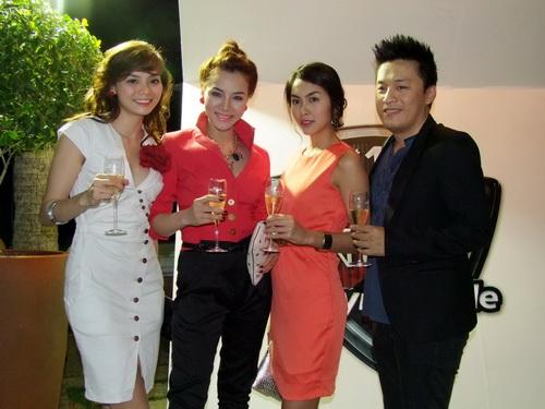 Tăng Thanh Hà và Trang Nhung mặc đẹp bên siêu xe - 8