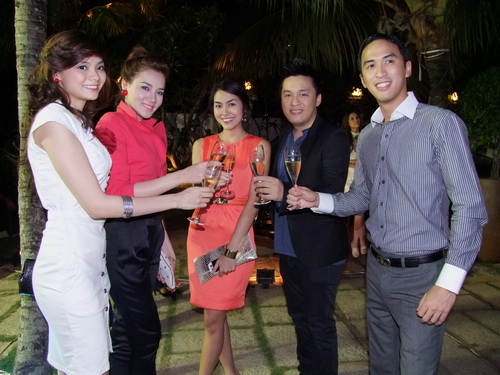 Tăng Thanh Hà và Trang Nhung mặc đẹp bên siêu xe - 9