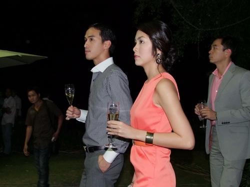 Tăng Thanh Hà và Trang Nhung mặc đẹp bên siêu xe - 14