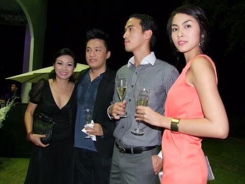 Tăng Thanh Hà và Trang Nhung mặc đẹp bên siêu xe - 15