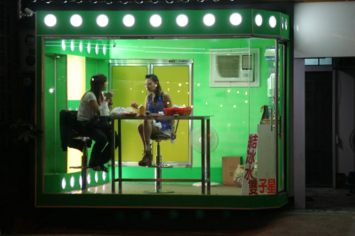 Những cô gái bán trầu trong lồng kính - 4