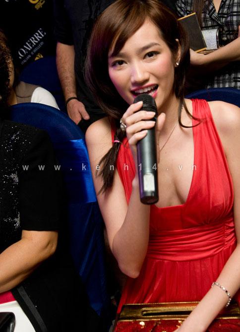 Chiếc áo 'lộ hàng' của Trang Trần - 4