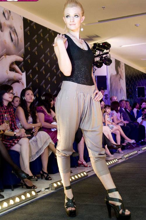 Chiếc áo 'lộ hàng' của Trang Trần - 8
