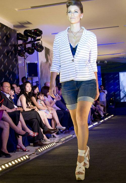 Chiếc áo 'lộ hàng' của Trang Trần - 11