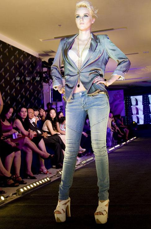 Chiếc áo 'lộ hàng' của Trang Trần - 12