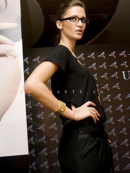 Chiếc áo 'lộ hàng' của Trang Trần - 13