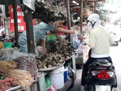 Tết Đoan Ngọ: Bánh ế, hoa quả đắt hàng - 3