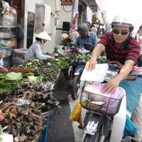 Tết Đoan Ngọ: Bánh ế, hoa quả đắt hàng
