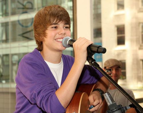 """Justin Bieber dính clip """"nóng"""" với """"nàng"""" 50 tuổi - 3"""