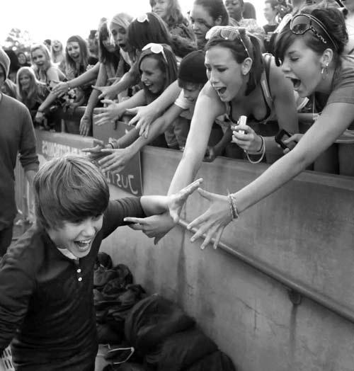 """Justin Bieber dính clip """"nóng"""" với """"nàng"""" 50 tuổi - 4"""