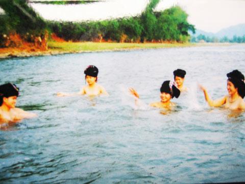 Mê mẩn gái Thái tắm giữa suối mát - 1