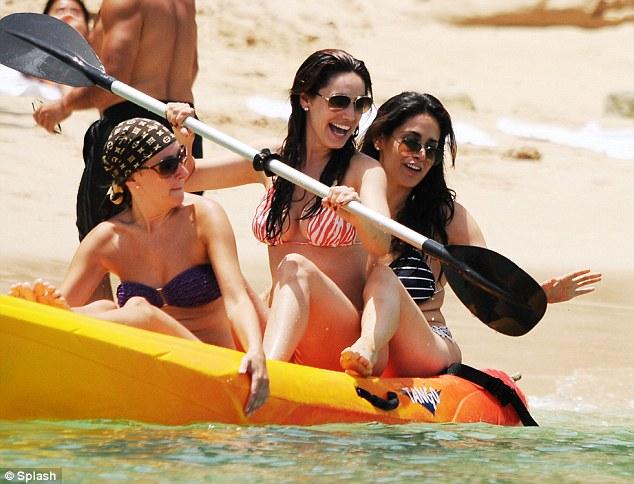 Ngực to: Kelly Brook chọn bikini gì để siêu hot? - 16