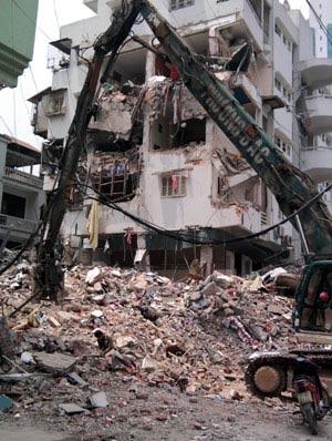 Vụ sập nhà 5 tầng: Sơ tán chung cư bên cạnh - 2