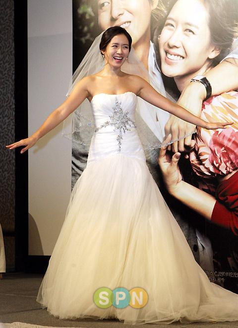 Sao Hàn nào diện váy cưới lộng lẫy nhất? - 1