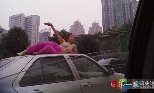 Tập yoga bán khoả thân trên phố - 2