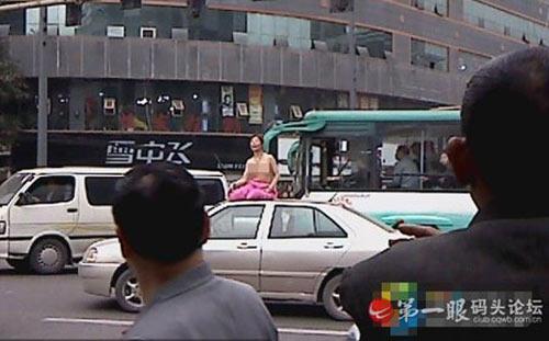 Tập yoga bán khoả thân trên phố - 1