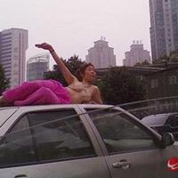 Tập yoga bán khoả thân trên phố