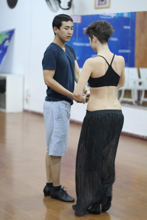 Mặc scandal, Hứa Vỹ Văn vẫn thản nhiên tập nhảy - 2